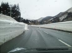 雪の壁が延々続く